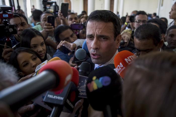 CAR01. CARACAS (VENEZUELA), 05/01/2017.- El excandidato presidencial venezolano Enrique Capriles asiste a la Asamblea Nacional hoy, 5 de enero de 2017, en la ciudad de Caracas (Venezuela). El nuevo presidente de la unicameral Asamblea Nacional de Venezuela (AN, Parlamento), el diputado opositor Julio Borges, fue juramentado hoy como jefe del Legislativo en sustitución de Henry Ramos Allup, así como dos nuevos vicepresidentes de la Cámara, también opositores. EFE/MIGUEL GUTIERREZ