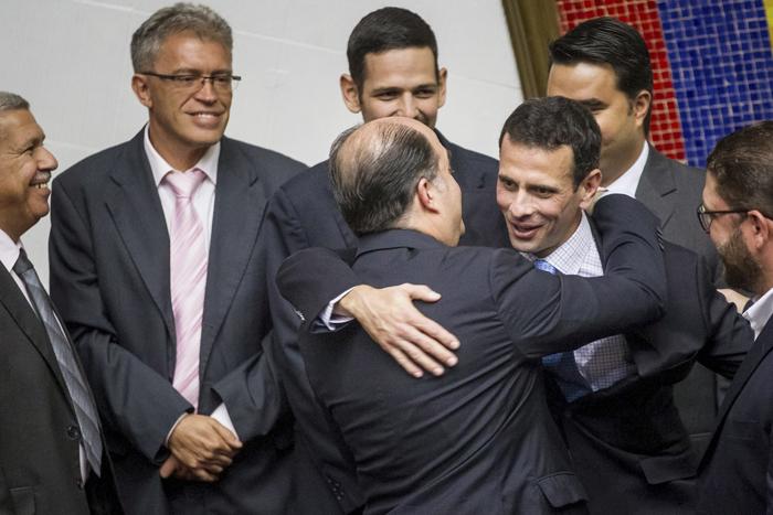 CAR21 CARACAS (VENEZUELA), 05/01/2017.- El diputado opositor Julio Borges (i) abraza al excandidato presidencial Henrique Capriles (d) en la sesión de la Asamblea Nacional hoy, jueves 5 de enero de 2017, en la ciudad de Caracas (Venezuela). El nuevo presidente de la unicameral Asamblea Nacional de Venezuela (AN, Parlamento), el diputado opositor Julio Borges, fue juramentado como jefe del Legislativo en sustitución de Henry Ramos Allup, así como dos nuevos vicepresidentes de la Cámara, también opositores. EFE/MIGUEL GUTIÉRREZ