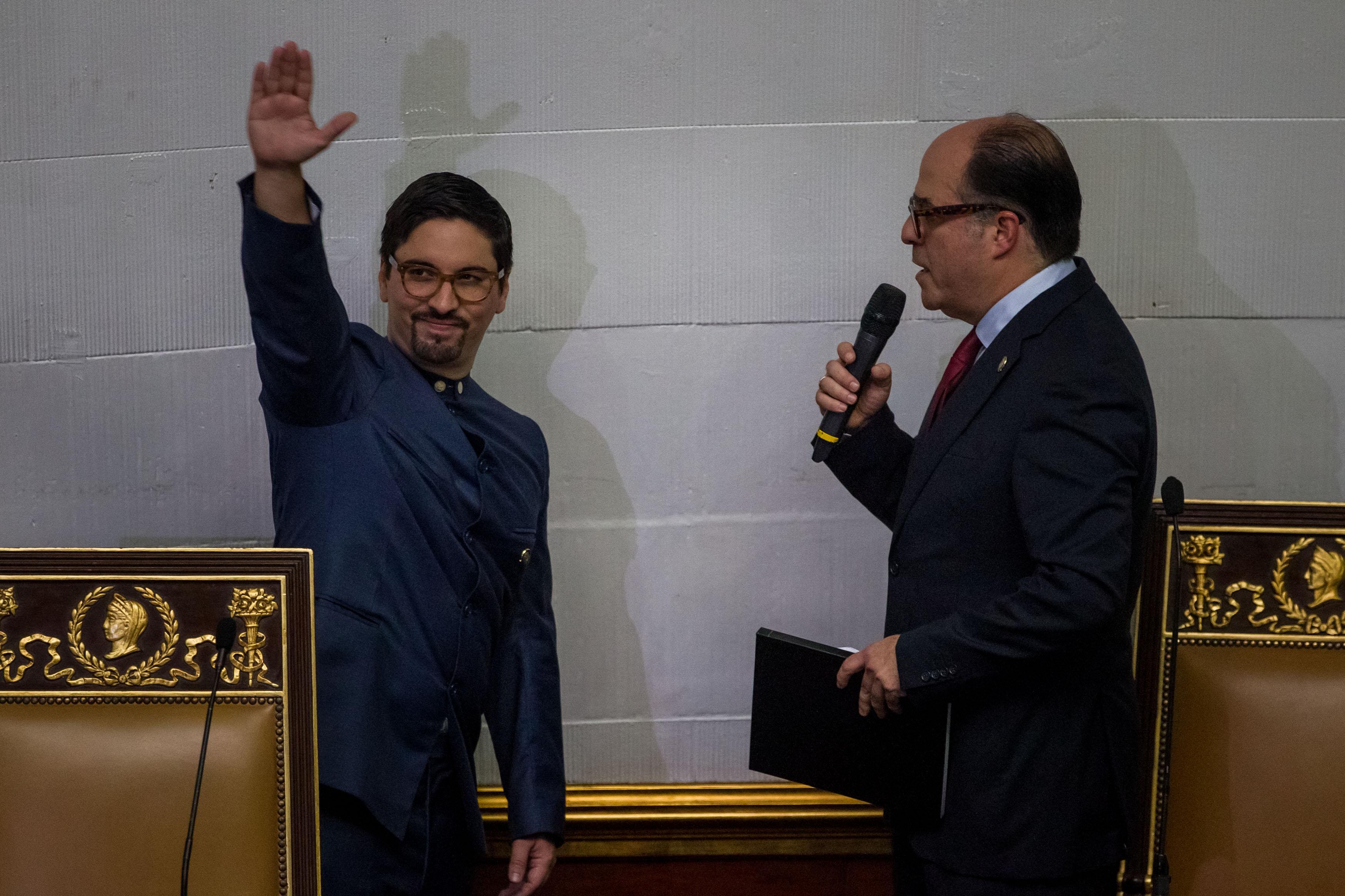 CAR25. CARACAS (VENEZUELA), 05/01/2017.- El diputado opositor Julio Borges (d) juramenta como segundo vicepresidente del organismo al diputado Freddy Guevara (i) durante la sesión de la Asamblea Nacional hoy, jueves 5 de enero de 2017, en la ciudad de Caracas (Venezuela). El nuevo presidente de la unicameral Asamblea Nacional de Venezuela (AN, Parlamento), el diputado opositor Julio Borges, fue juramentado como jefe del Legislativo en sustitución de Henry Ramos Allup, así como dos nuevos vicepresidentes de la Cámara, también opositores. EFE/MIGUEL GUTIÉRREZ