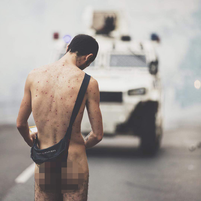 joven desnudo marcha de oposicion gnb5