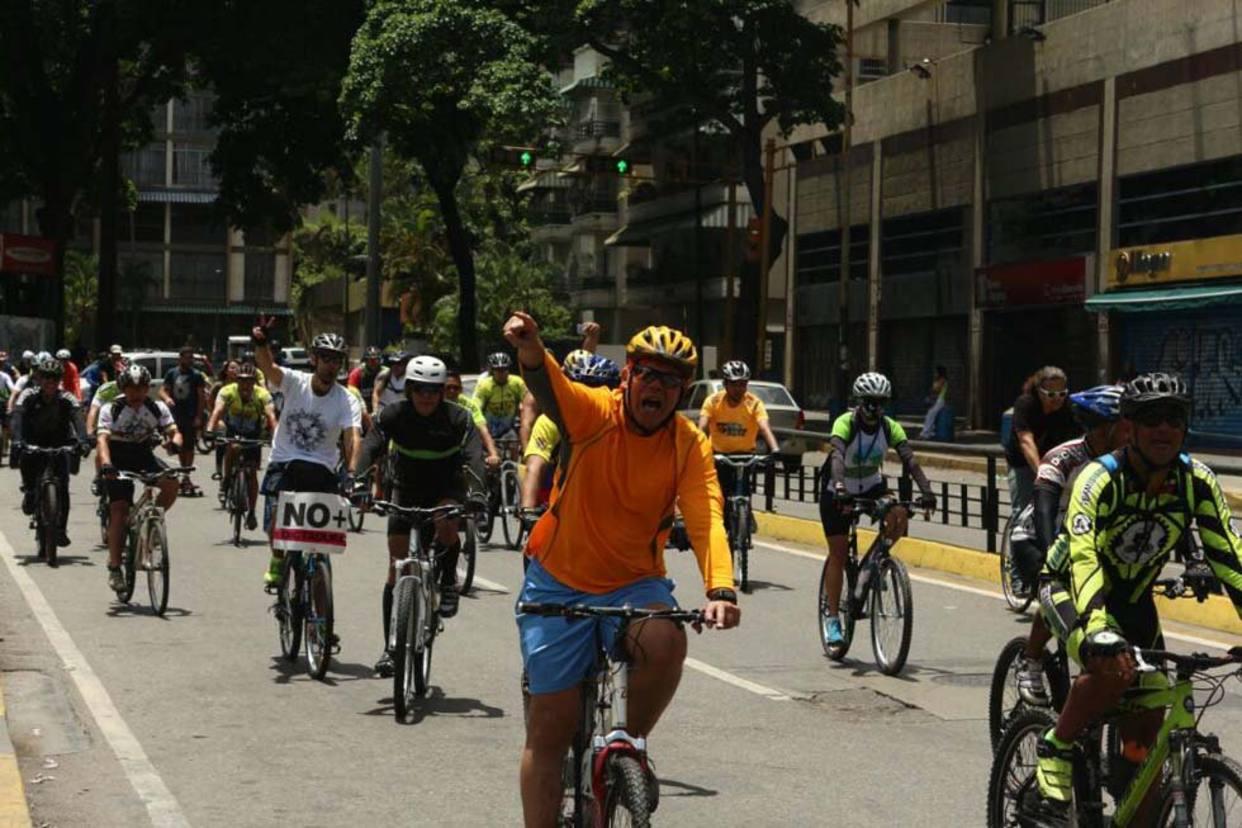 Ciclistas protestan por los caídos y para celebrar a la Sub 20