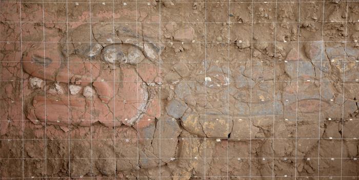 ACOMPAÑA CRÓNICA: PERÚ ARQUEOLOGÍA - LIM01. LIMA (PERÚ), 09/06/2017.- Fotografía del 07 de junio del 2017, de uno de los frisos descubiertos en la Huaca Garagay, uno de los templos prehispánicos más grandes de la capital, en forma de pirámide escalonada de 30 metros de altura, y ubicado en un área de 22 hectáreas, cerca del centro colonial de Lima (Perú). Feroces y temibles rostros de serpientes y felinos multicolor, entre otras representaciones de quiméricas criaturas mitológicas del Antiguo Perú, comenzaron a emerger en los muros de un templo que se excava en pleno corazón de Lima, tras permanecer enterradas durante siglos, ajenas a la vorágine urbana. EFE/Ernesto Arias