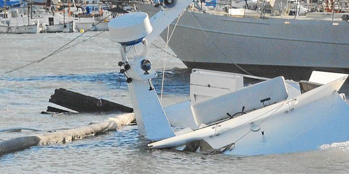 embarcacion mar destrozos