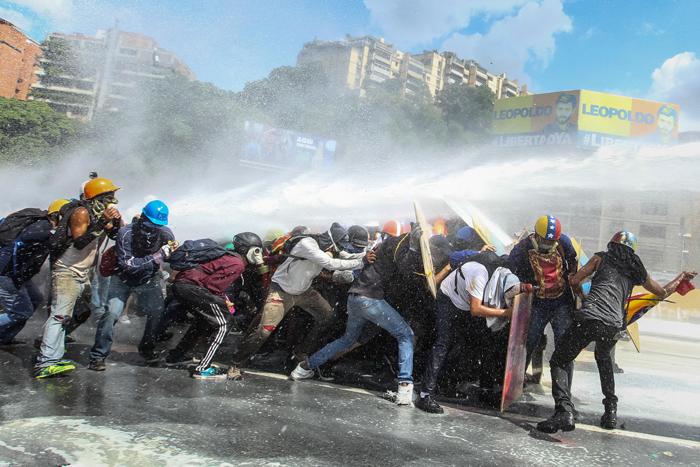 escuderos-la-resisntencia-marcha-oposicion chontra chorro de agua