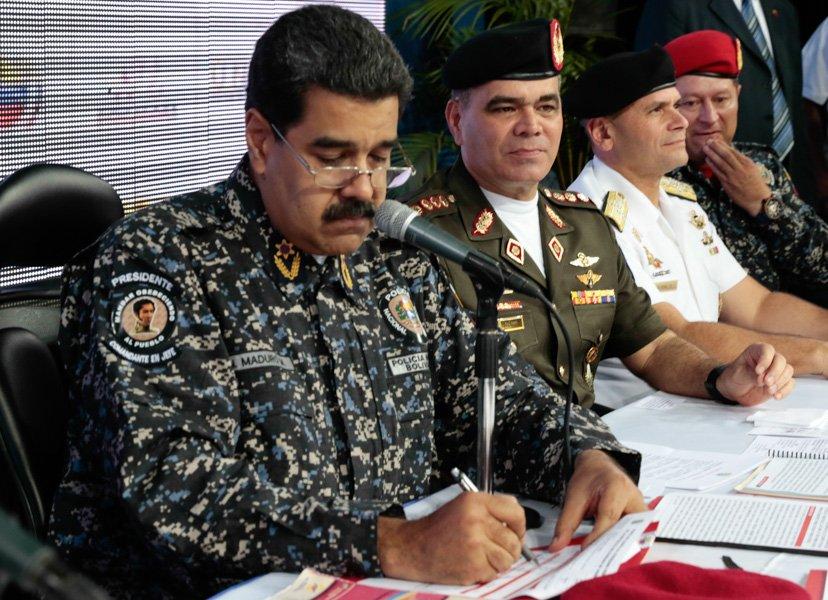 Maduro con nueva chaqueta de la PNB