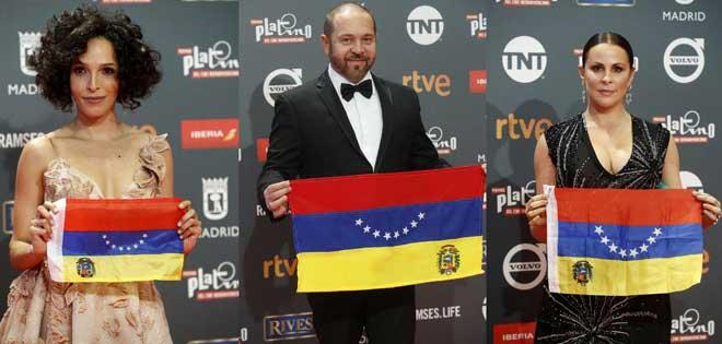 Miguel Ferrari y otras actrices con bandera de Venezuela en Premios Platino