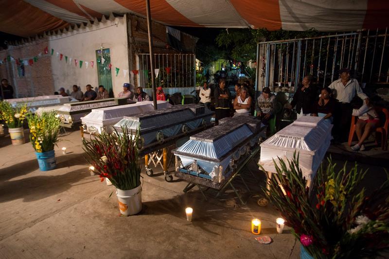 Habitantes de la población de Atzala, en el estado de Puebla (México), velan hoy, miércoles 20 de septiembre de 2017, a las 11 personas que perdieron la vida cuando se oficiaba un bautizo en la iglesia de Santiago Apóstol al momento del sismo de magnitud 7,1. Foto: EFE