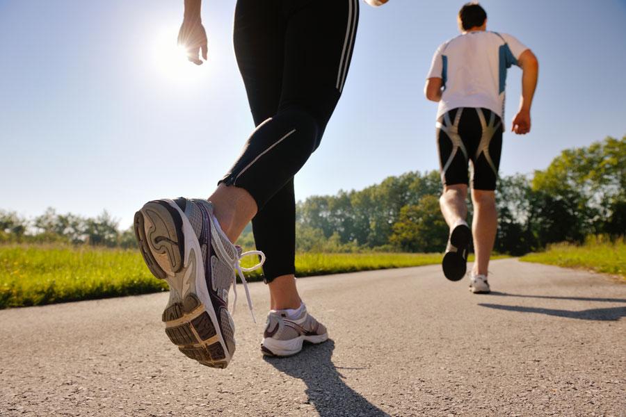 Caminar - hombre y mujer - ejercicios - salud