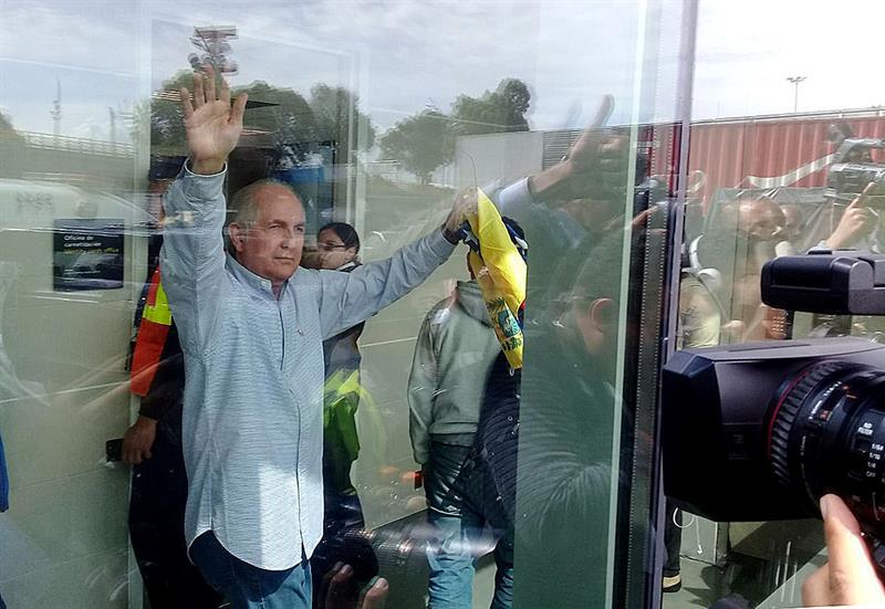 El alcalde opositor venezolano Antonio Ledezma saluda a los periodistas hoy, viernes 17 de noviembre de 2017, en el aeropuerto El Dorado en Bogotá (Colombia). Foto: EFE